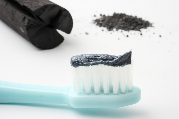 Denti bianchi con il dentifricio nero? Con il carbone vegetale sì!